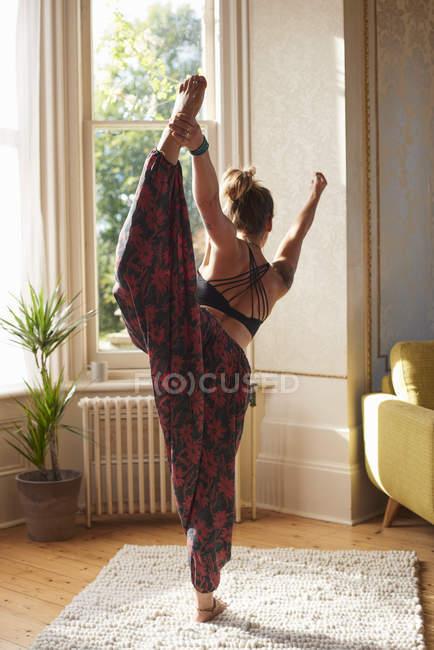 Витончені жінка практикуючі йогу, король танцюрист поза в квартирі — стокове фото