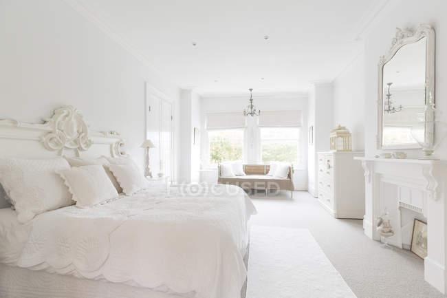 White, luxury home showcase interior bedroom — Stock Photo
