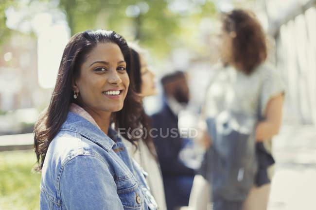 Портрет посміхаючись, впевнена в собі жінка в Сонячний парк — стокове фото