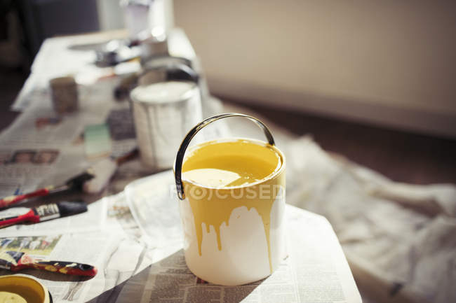 Yellow paint in paint can — Stock Photo