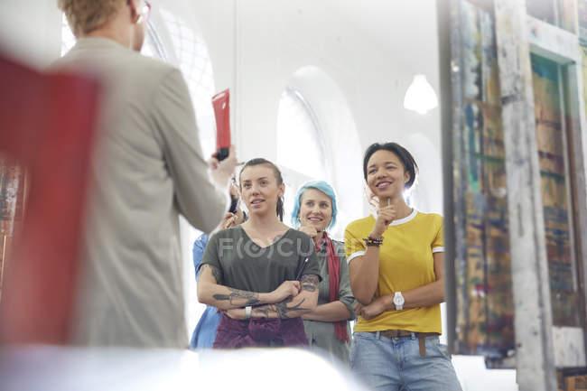 Classe studenti ascoltando istruttore nell'arte studio — Foto stock