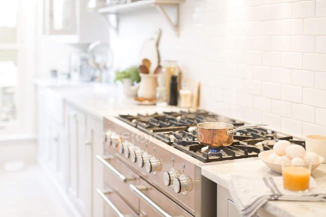 Мідь каструлю на кухонної плити — стокове фото
