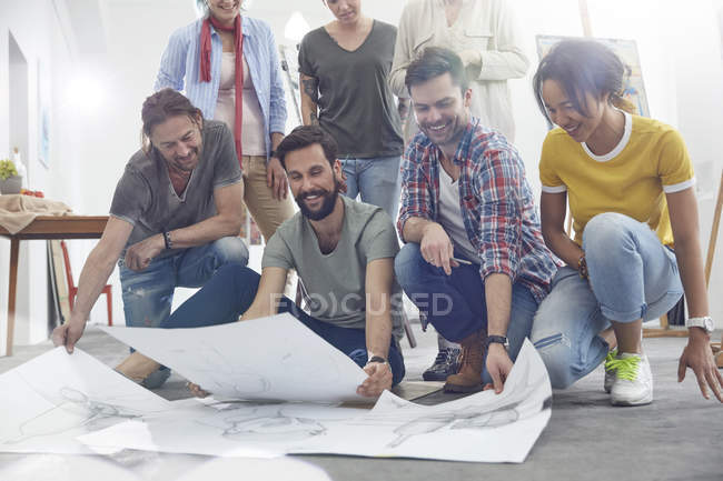 Artists viewing sketches in art class studio — Stock Photo