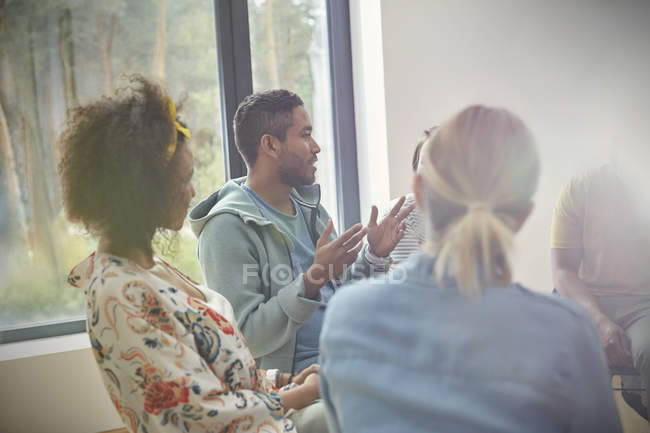 Man talking and gesturing in group therapy session — Stock Photo