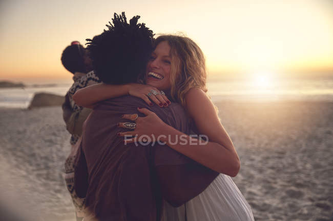 Affectionate couple hugging on sunny sunset summer beach — Stock Photo