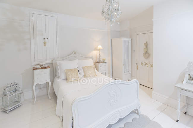 White, luxury home showcase bedroom with chandelier — Stock Photo