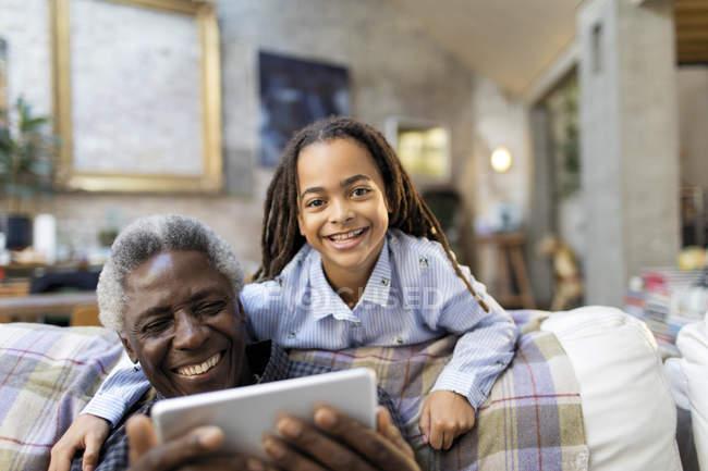 Portrait souriant grand-père et petite-fille avec tablette numérique — Photo de stock