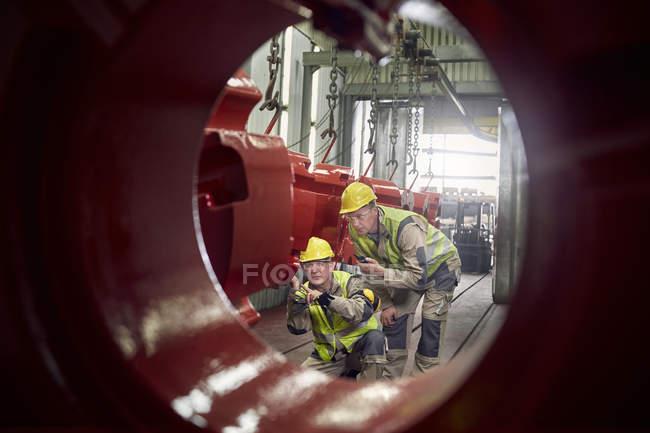 Stahlarbeiter Prüfung Stahl Ausrüstung im Stahlwerk — Stockfoto
