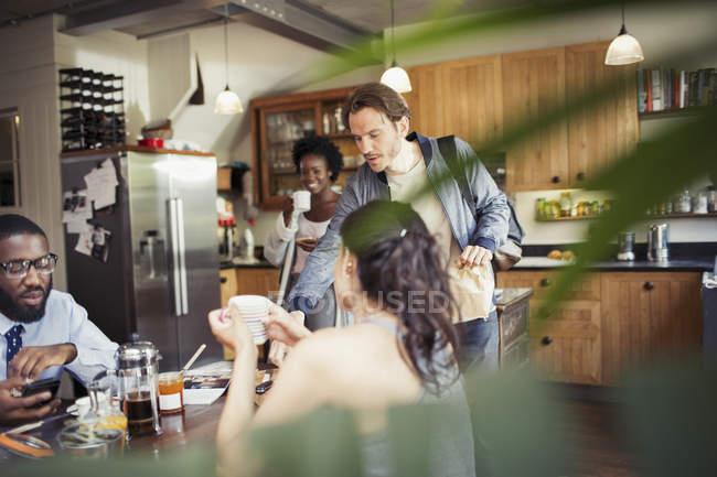 Соседи друг, пить кофе на стол завтрак — стоковое фото