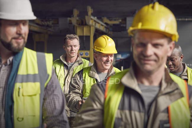 Stahlarbeiter Wandern im Stahlwerk — Stockfoto
