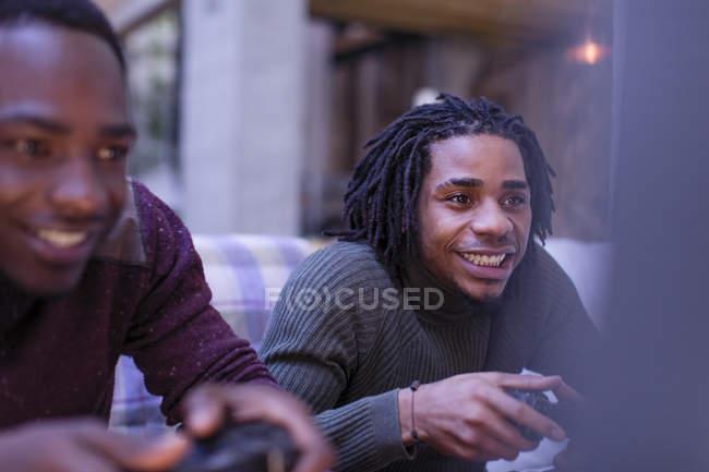Begeisterte junge Männer Freunde spielen Videospiel — Stockfoto