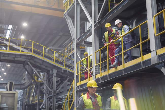 Stahlarbeiter sprechen auf Plattform im Stahlwerk — Stockfoto