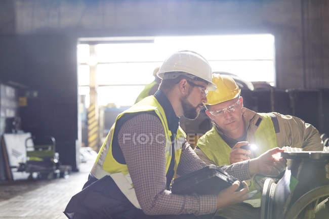 Stahlarbeiter Prüfung Stahlteil im Stahlwerk — Stockfoto