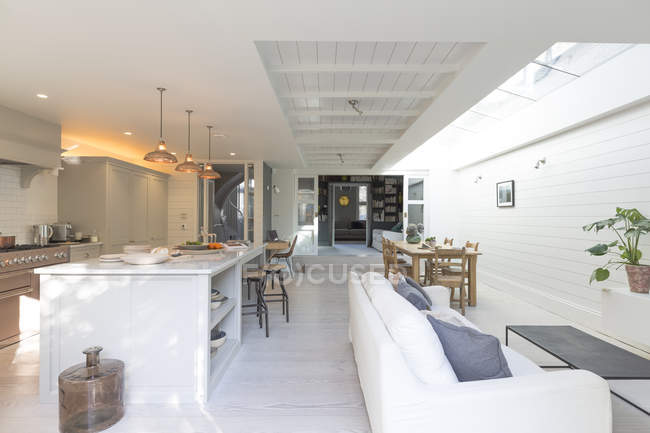 Casa de luxo vitrine cozinha e sala de estar — Fotografia de Stock
