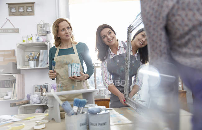 Female artists painting mirror in art class workshop — Stock Photo