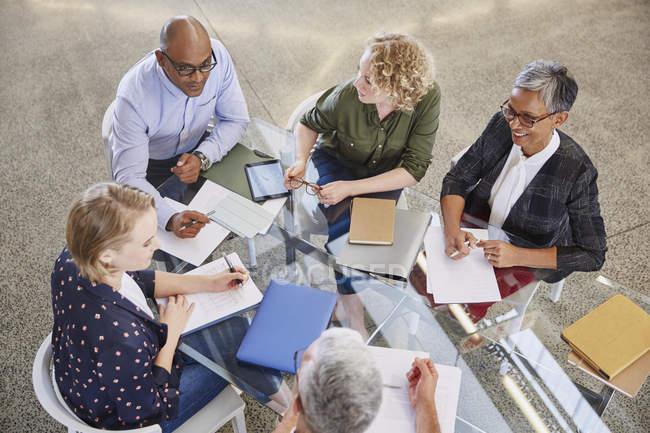Gli uomini d'affari che parlano in riunione in ufficio moderno — Foto stock