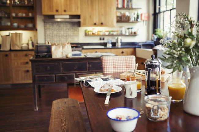 Каву і сніданку на обідній стіл — стокове фото