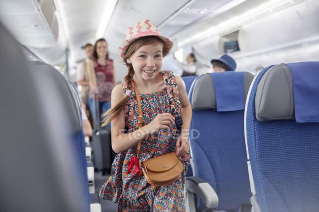 Улыбающаяся, готовая к посадке девушка на самолет — стоковое фото