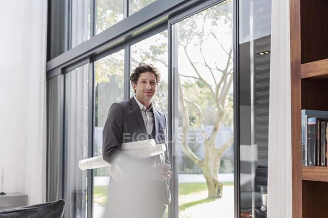 Портрет уверенный в себе мужчина-архитектор у двери патио — стоковое фото