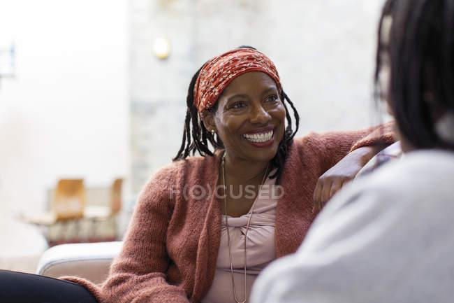 Femme enthousiaste, discutant avec un ami — Photo de stock