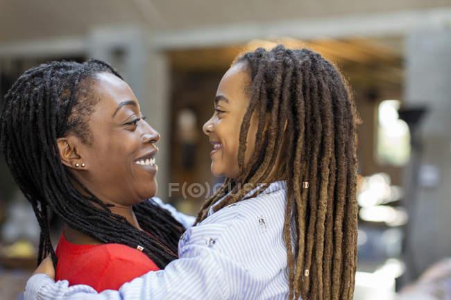 Glückliche Mutter und Tochter umarmen sich von Angesicht zu Angesicht — Stockfoto