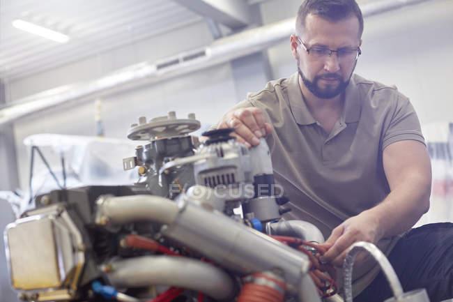 Мужской механический крепежный двигатель — стоковое фото