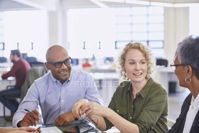 Geschäftsleute unterhalten sich bei Besprechungen im modernen Büro — Stockfoto