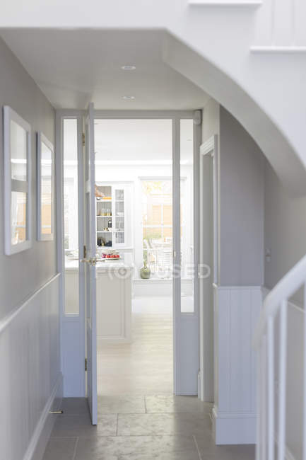 Seuils de porte et foyer intérieur de luxe maison vitrine — Photo de stock