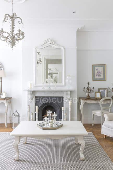 Weiße, luxuriöse Wohnung Vitrine im Inneren Wohnzimmer mit Kamin — Stockfoto