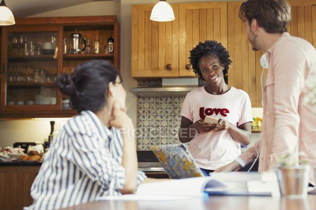 Coinquilini amico parlando in cucina — Foto stock
