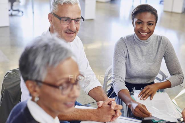 Усміхаючись ділових людей у зустрічі в сучасному офісі — стокове фото