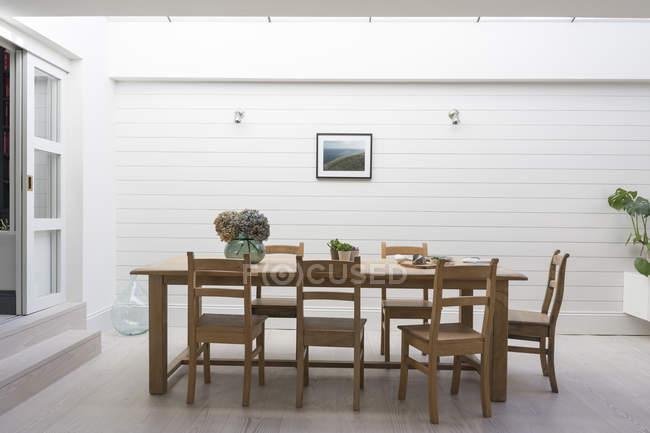 Mesa de jantar luxo vitrine casa do pátio — Fotografia de Stock
