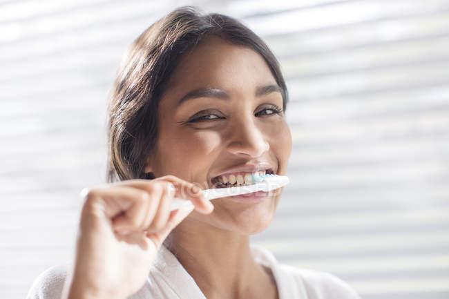 Bouchent portrait souriant dents brossage femme — Photo de stock