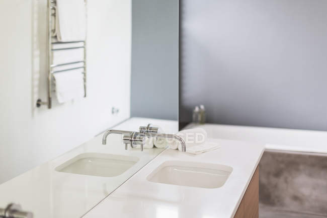 Modernes, minimalistisches Wohnvitrinenbad mit Waschbecken und Spiegel — Stockfoto