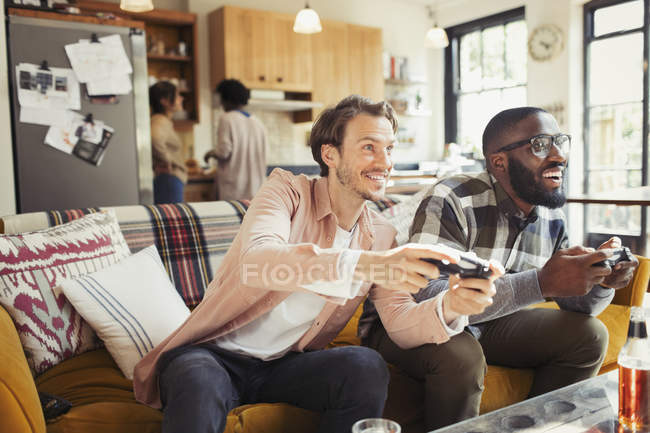Men friends playing video game in living room — Stock Photo