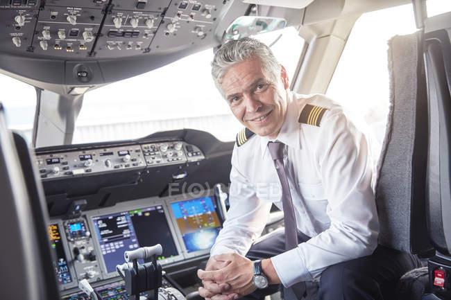 Porträt selbstbewusster männlicher Pilot im Flugzeug-Cockpit — Stockfoto