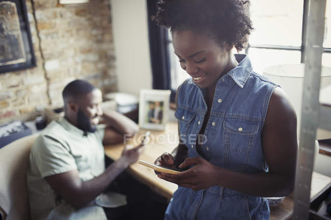 Donna sms con smart phone — Foto stock