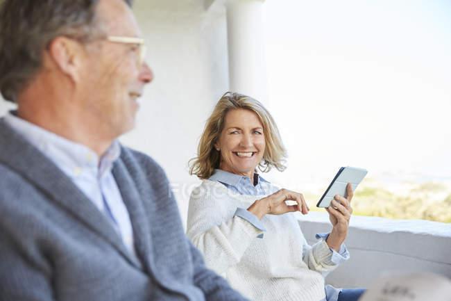 Seniorenpaar nutzt digitales Tablet auf der Terrasse — Stockfoto
