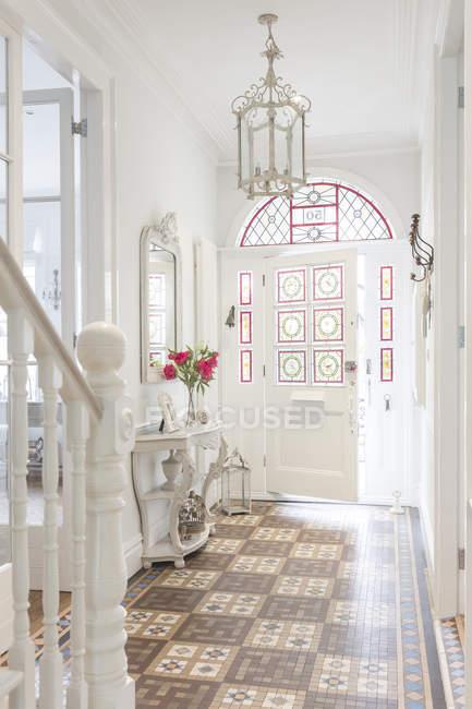 Luxe maison vitrine intérieur hall d'accueil avec lustre — Photo de stock