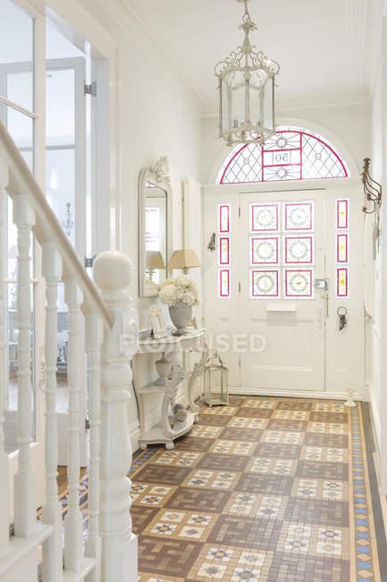 Blanc, luxe maison vitrine intérieur hall d'accueil avec lustre — Photo de stock