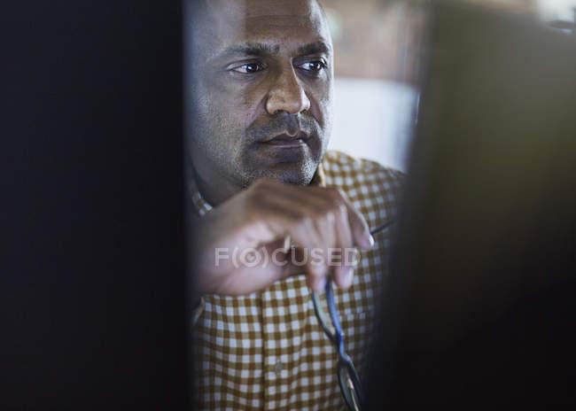 Uomo d'affari serio e concentrato che lavora al computer — Foto stock