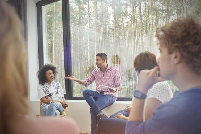 Hombre hablando en sesión de terapia de grupo - foto de stock