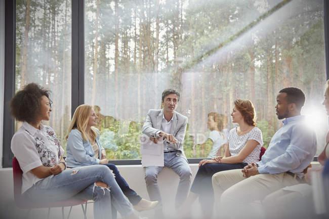 Terapeuta principal sessão de terapia de grupo — Fotografia de Stock