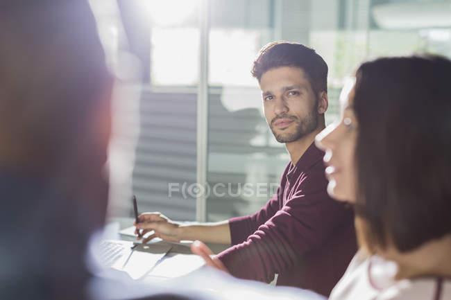 Homme d'affaires grave, écoute en séance Salle de conférence — Photo de stock