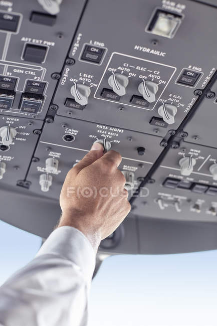 Pilot justiert Kontrollinstrumente im Flugzeug-Cockpit — Stockfoto