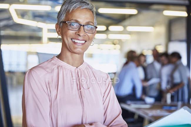 Ritratto donna d'affari fiduciosa in ufficio moderno — Foto stock