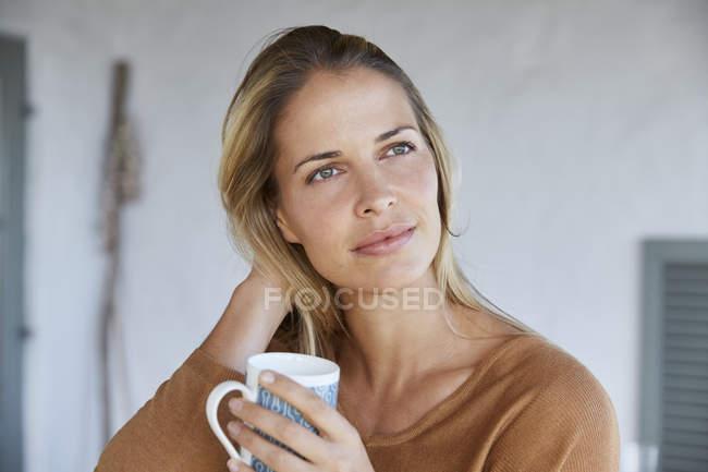 Gelassene Frau Kaffee trinken — Stockfoto