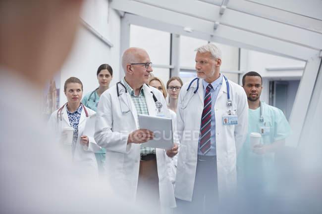 Medici e infermieri che camminano nel corridoio ospedaliero — Foto stock