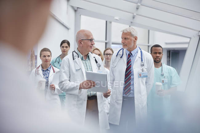 Doctors and nurses walking in hospital corridor — Stock Photo