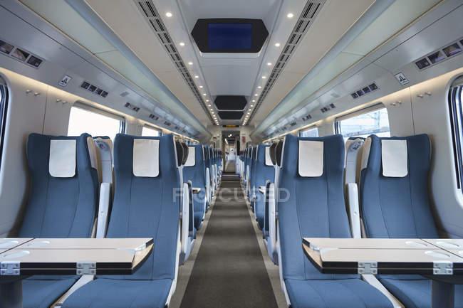 Sièges dans le train de voyageurs vide — Photo de stock